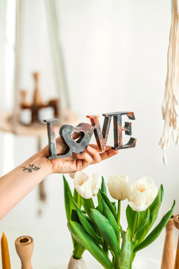 Užrašas MEILĖ LOVE